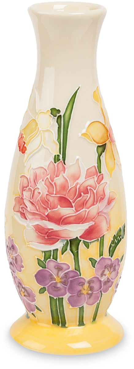 Ваза Pavone. JP-97/55JP-97/55Ваза высотой 16 см.Небольшая фарфоровая вазочка с узким горлышком – отличный презент для тех, кто скучает по лету, теплу и аромату живых цветов. Основание вазы покрашено ярко-желтой краской, оттенок которого потихоньку бледнеет и переходит в белый цвет. Этот цветовой переход ассоциируется с ярким летним солнцем, на фоне которого художники изобразили красивые цветы. В нижней части изображены цветы с фиолетовыми бутонами, чуть выше – несколько огромных роз, а на верху, ближе к горлышку, вазу украшают желтые лилии на длинных зеленых стебельках. Желтый цвет относится к числу теплых: он повышает эмоциональный градус в помещении, способствует внутреннему согреванию и возвращает к светлым, радостным мыслям.Небольшая желтая ваза (ее высота – 16 сантиметров) поможет украсить дом или офис, обставленный современной или классической мебелью. Вазу также можно подарить другу или подруге, страдающим от депрессий и тяжело переживающим холодное время года.