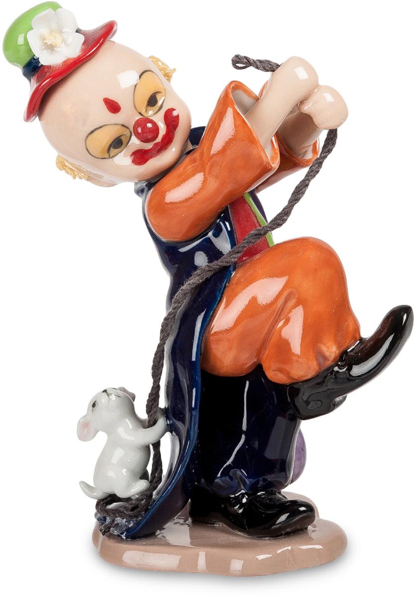 Статуэтка Pavone Клоун, цвет: мультиколор. CMS-23/37CMS-23/37Статуэтка Pavone Клоун выполнена из фарфора, высотой 15,5 см. Клоун на арене выступает вместе со своей верной помощницей – маленькой собачкой. Он подчеркнутым строевым шагом движется вперед, уверенный, что щенок бежит за ним на веревочке. А находчивый малыш забрался на длинную, волочащуюся по полу фалду концертного фрака и спокойно едет, не прикладывая никаких усилий. И только посматривает вверх, на хозяина: покатай меня еще немножко! Улыбка у клоуна – нарисованная, хотя на самом деле он не улыбается и тревожится: не подведет ли щенок, не забудет ли про все, чему он его учил. Веселить людей и так непросто, а при этом еще и дрессированных животных использовать – это уж совсем вершина клоунского мастерства.