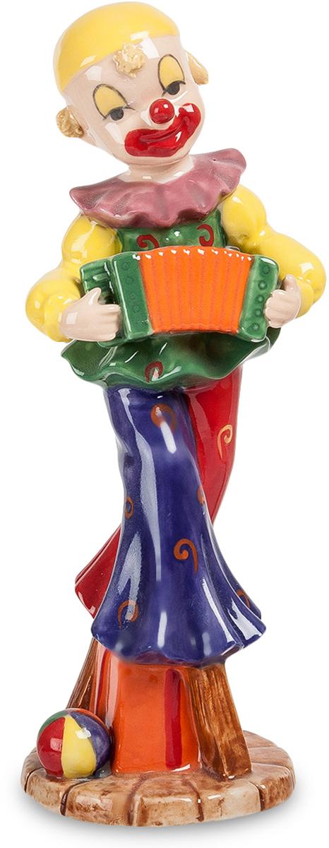Фигурка Pavone Клоун. CMS-23/41CMS-23/41Фигурка Клоун (Pavone) Что только ни придумает клоун, чтобы рассмешить и развлечь цирковую публику! Сама одежда выглядит забавной с расклешенными брюками красно-синего цвета, зеленой жилеткой, желтой рубашкой и сиреневым воротником. Рот нарисован на пол-лица, такая получается постоянная улыбка. Но мало внешнего вида – клоун еще и на небольшие ходули встал, чтобы рост себе увеличить. И на этих ходулях пустился в пляс, играя при этом на гармошке. Действительно, клоун должен уметь делать все, что другие артисты, и даже лучше. Скульптура может стать прекрасным подарком артисту-клоуну, на память от друзей и от почитателей его таланта.