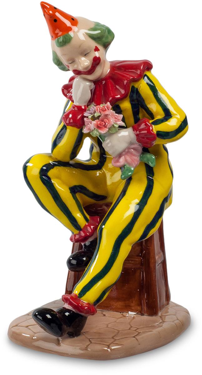 Фигурка Pavone Клоун. CMS-23/48CMS-23/48Фигурка Клоун (Pavone) Клоунский наряд сам по себе вызывает улыбку. Мухоморовой раскраски колпак на искусственной лысине, кричащие цвета одежды, нарисованная улыбка. Но сейчас нарисованное выражение лица с настоящим не совпадает: клоун отдыхает между выходами на сцену, он устало прикрыл глаза и положил голову на собственную руку. Всего несколько минут у него в запасе между номерами, скоро ему опять веселить всех окружающих. А пока смешной человечек никого не замечает: работа у клоуна непростая, и ему надо успеть воспользоваться небольшой передышкой.