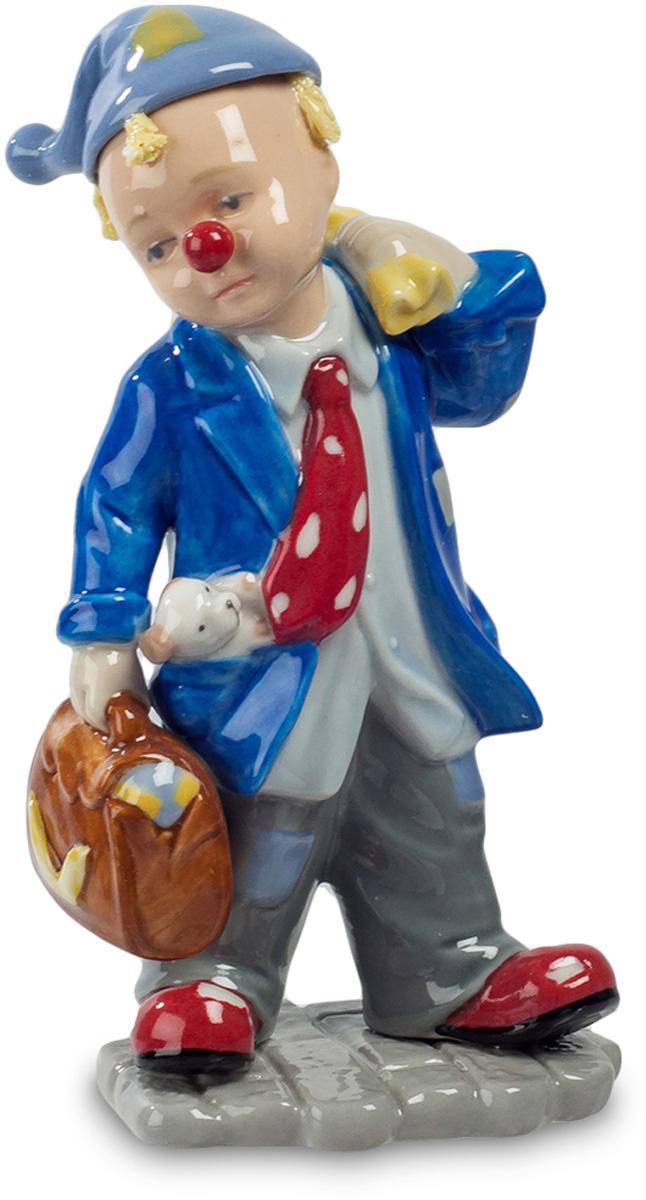Фигурка Pavone Клоун. CMS-23/51CMS-23/51Фигурка Клоун (Pavone) Клоун вышел на сцену. Вид у него вполне деловой, в руке – пухлый портфель, через плечо он несет мешок с чем-то круглым, похожим не то на мяч, не то на арбуз. Из кармана выглядывает верный спутник – маленькая собачонка, которой находится место во всех номерах, с которыми выступает веселый артист. Впрочем, сейчас он выглядит грустным, да и собачка молчит, чувствует, что так задумано. Но пройдет несколько секунд, и клоун развеселит весь зал, и все уже забудут, что он казался таким грустным. Умение даже грустным видом вызвать искренний смех – признак настоящего клоунского таланта.