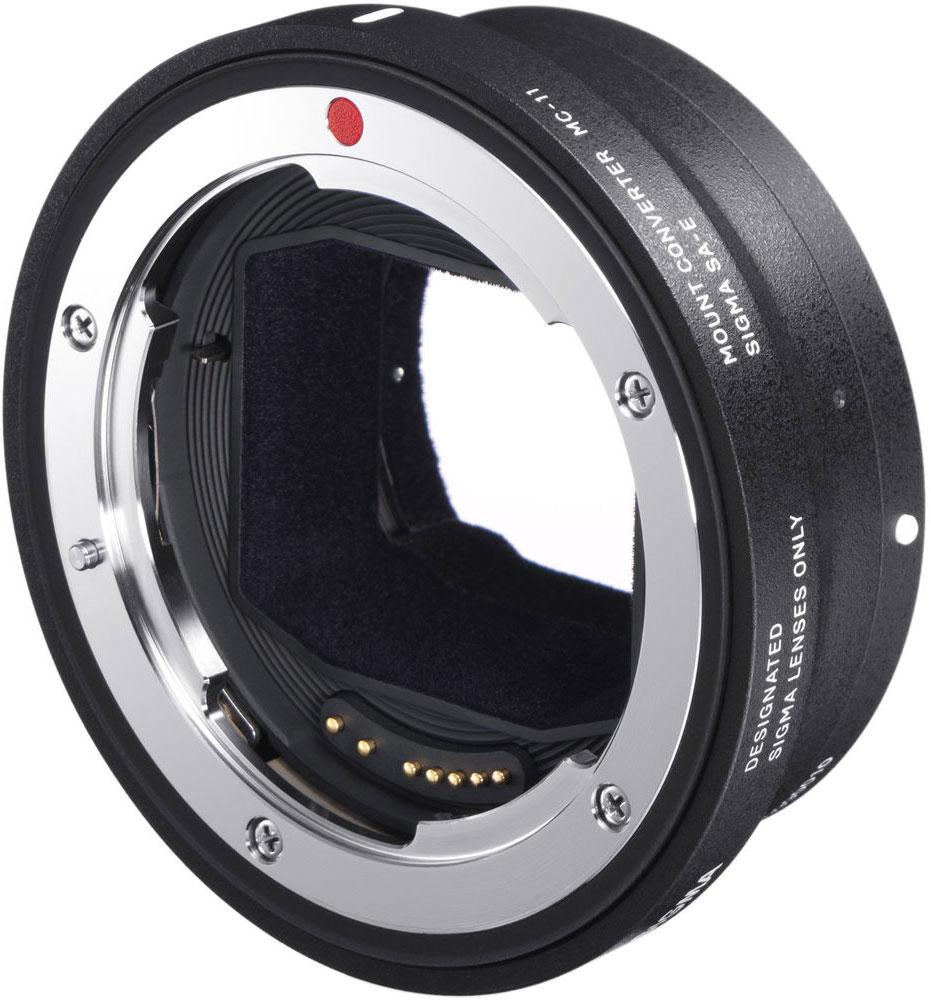 Sigma MC-11/Canon EF-Sony E автофокусный адаптер89E965Автофокусный адаптер Sigma MC-11 позволяет использовать объективы для байонета Canon EFс камерами ссистемой крепления Sony E-mount. В нем имеется встроенный контроль параметров объектива и фокусировкинепосредственно во время фотосъемки, который обеспечивает скорость и надежность автофокусировки,оптического стабилизатора изображения и поддержку специальных функция камеры, управляющих периферийнойяркостью, снижением хроматических аберраций и дисторсии и т.д.Теперь объективы для полнокадровых и КРОП-камер можно не только соединять с беззеркалками, но и сохранятьпри этом их полный функционал. На данный момент Sigma MC-11/Canon EF-Sony E оптимизирует работу 19объективов Sigma DC и DG с фотокамерами Sony E-mount. Адаптер станет хорошим помощникомпрофессиональным фотографам, использующих несколько систем фотокамер для различных типов съемки, атакже для продвинутых любителей, желающих получить универсальность от применения камер разных систем.