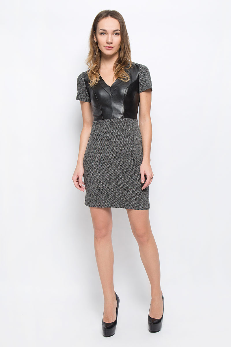 Платье oodji Ultra, цвет: черный, темно-серый. 14011008-1/37844/2912M. Размер L (48)14011008-1/37844/2912MМодное платье oodji станет отличным дополнением к вашему гардеробу. Модель выполнена из полиэстера и хлопка с полиуретановым покрытием. Платье-миди приталенного кроя с V-образным вырезом горловины и короткими рукавами застегивается на застежку-молнию, расположенную на спинке.
