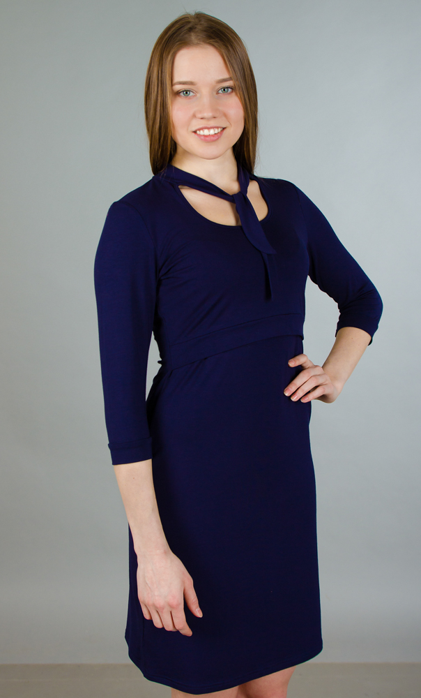 Платье для беременных и кормящих Ням-Ням, цвет: черно-синий. 117.3. Размер 50117.3Стильное и удобное платье для будущих и кормящих мам Ням-Ням с рукавами 3/4 и воротником-стойкой, изготовленное из эластичной вискозы, женственное и элегантное. Платье с круглым вырезом на груди, переходящим в завязки-шарфик, подчеркнет очарование будущей мамы, а секрет для кормления делает платье функциональным в период вскармливания ребенка. Секрет кормления скрыт кокеткой с поясом. Рукава понизу дополнены узкими манжетами. Платье слегка прикрывает колено, что позволяет носить данную модель, как с туфлями, так и с сапогами. Также можно носить во время беременности и после родов.
