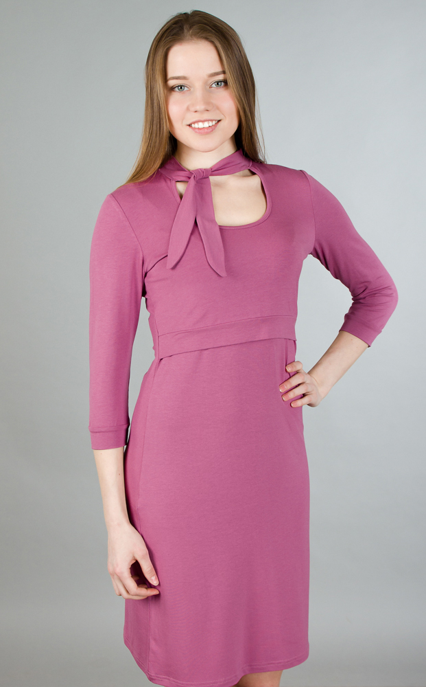 Платье для беременных и кормящих Ням-Ням, цвет: розовый. 117.5. Размер 50117.5Стильное и удобное платье для будущих и кормящих мам Ням-Ням с рукавами 3/4 и воротником-стойкой, изготовленное из эластичной вискозы, женственное и элегантное. Платье с круглым вырезом на груди, переходящим в завязки-шарфик, подчеркнет очарование будущей мамы, а секрет для кормления делает платье функциональным в период вскармливания ребенка. Секрет кормления скрыт кокеткой с поясом. Рукава понизу дополнены узкими манжетами. Платье слегка прикрывает колено, что позволяет носить данную модель, как с туфлями, так и с сапогами. Также можно носить во время беременности и после родов.