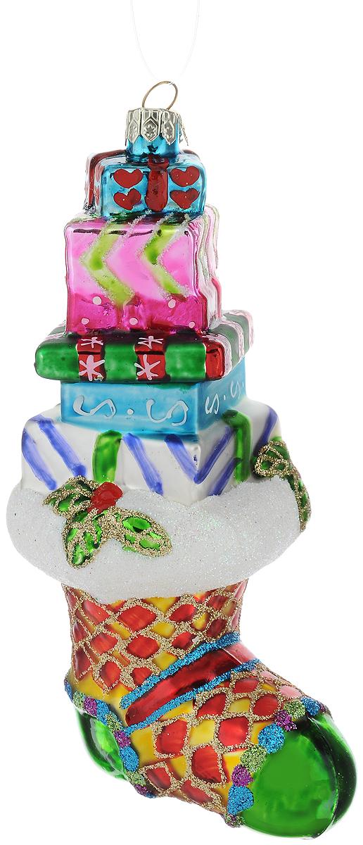Украшение новогоднее подвесное Winter Wings Носочек с подарками, длина 15 смN07806Новогоднее подвесное украшение Winter Wings Носочек с подарками выполнено из стекла в виде носка и украшено блестками. С помощью специальной петельки украшение можно повесить в любом понравившемся вам месте. Но, конечно, удачнее всего оно будет смотреться на праздничной елке.Елочная игрушка - символ Нового года. Она несет в себе волшебство и красоту праздника. Создайте в своем доме атмосферу веселья и радости, украшая новогоднюю елку нарядными игрушками, которые будут из года в год накапливать теплоту воспоминаний.