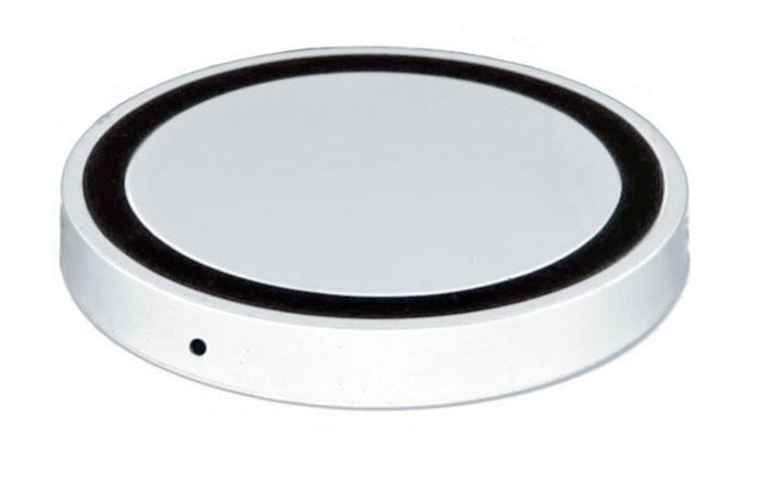 Bradex SU 0049, White беспроводное зарядное устройствоSU 0049Современная техника и гаджеты заполнили ваш дом, но вы до сих пор еще не слышали о беспроводной зарядке устройств? Круглый аккумулятор для смартфонов станет для вас приятным открытием! • Он позволяет заряжать телефон без прямого подключения к сети или ноутбуку.• Просто присоедините миниатюрный Qi-приемник к Вашему смартфону (спрячьте его внутрь устройства при использовании Micro-USB порта, поместите под чехол или подвесьте как брелок — для моделей Iphone c Lightning разъемом). • Теперь вы сможете подзаряжать устройство в любое время, когда не используете его. Просто кладите смартфон на подключенный к базе аккумулятор: во время зарядки вместо красного индикатора загорится синий.Круглый беспроводной аккумулятор для смартфонов: современные технологии для вашего комфорта!