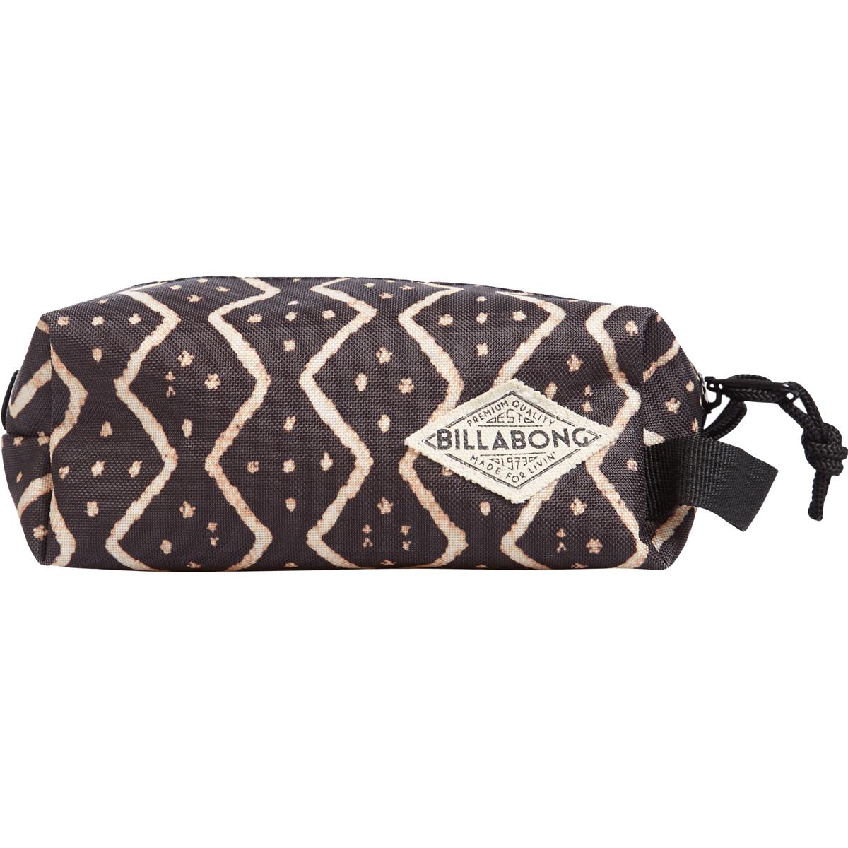Сумка-пенал детская Billabong Laval, цвет: черный , 3 лZ9PE02Компактная сумка-пенал Billabong Laval - удобный аксессуар для косметики, различных мелочей, и, конечно, канцелярских принадлежностей. Пенал легко помещается в сумку или рюкзак. Имеются застежка на молнии и ремешок для переноски в руке. Материал - прочный полиэстер 600D.