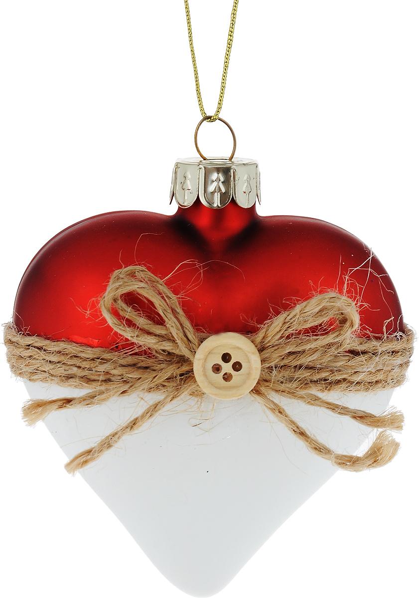 """Новогоднее подвесное украшение Winter Wings """"Сердце""""  выполнено из стекла в виде сердца и украшено блестками. С помощью  специальной петельки украшение можно повесить в любом понравившемся вам  месте. Но, конечно, удачнее всего оно будет смотреться на праздничной елке.  Елочная игрушка - символ Нового года. Она несет в себе волшебство и красоту  праздника. Создайте в своем доме атмосферу веселья и радости, украшая  новогоднюю елку нарядными игрушками, которые будут из года в год накапливать  теплоту воспоминаний."""