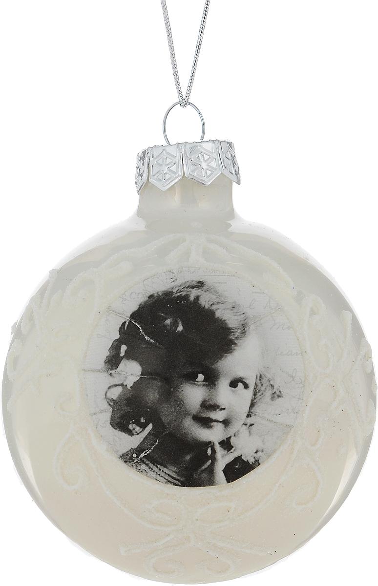 """Новогоднее подвесное украшение Winter Wings """"Шар""""  выполнено из стекла в виде шара. С помощью  специальной петельки украшение можно повесить в любом понравившемся вам  месте. Но, конечно, удачнее всего оно будет смотреться на праздничной елке.  Елочная игрушка - символ Нового года. Она несет в себе волшебство и красоту  праздника. Создайте в своем доме атмосферу веселья и радости, украшая  новогоднюю елку нарядными игрушками, которые будут из года в год накапливать  теплоту воспоминаний."""