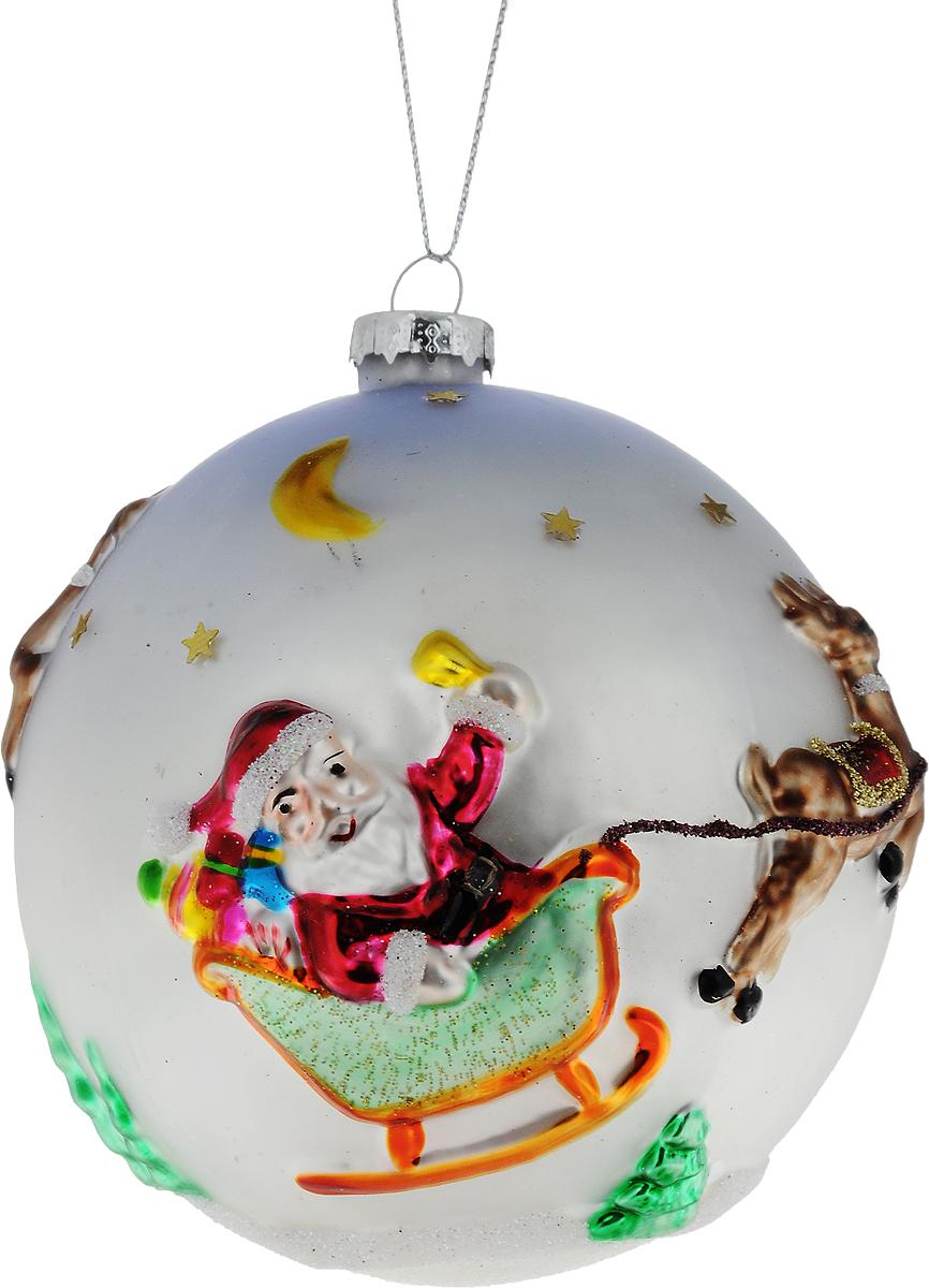 Украшение новогоднее подвесное Winter Wings Дед Мороз и сани, диаметр 10 смN07583Новогоднее подвесное украшение Winter Wings Дед Мороз и сани выполнено из стекла в виде шара и украшено блестками. С помощью специальной петельки украшение можно повесить в любом понравившемся вам месте. Но, конечно, удачнее всего оно будет смотреться на праздничной елке.Елочная игрушка - символ Нового года. Она несет в себе волшебство и красоту праздника. Создайте в своем доме атмосферу веселья и радости, украшая новогоднюю елку нарядными игрушками, которые будут из года в год накапливать теплоту воспоминаний.