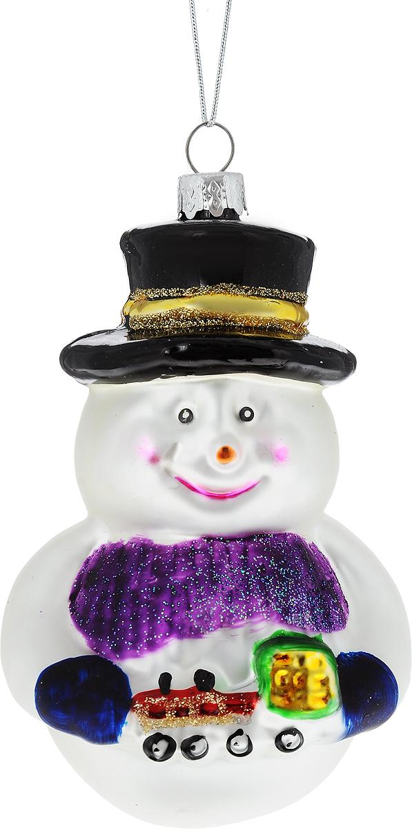Украшение новогоднее подвесное Winter Wings Снеговик с игрушкой, высота 12 смN07577Новогоднее подвесное украшение Winter Wings Снеговик с игрушкой выполнено из стекла в виде снеговика и украшено блестками. С помощью специальной петельки украшение можно повесить в любом понравившемся вам месте. Но, конечно, удачнее всего оно будет смотреться на праздничной елке.Елочная игрушка - символ Нового года. Она несет в себе волшебство и красоту праздника. Создайте в своем доме атмосферу веселья и радости, украшая новогоднюю елку нарядными игрушками, которые будут из года в год накапливать теплоту воспоминаний.