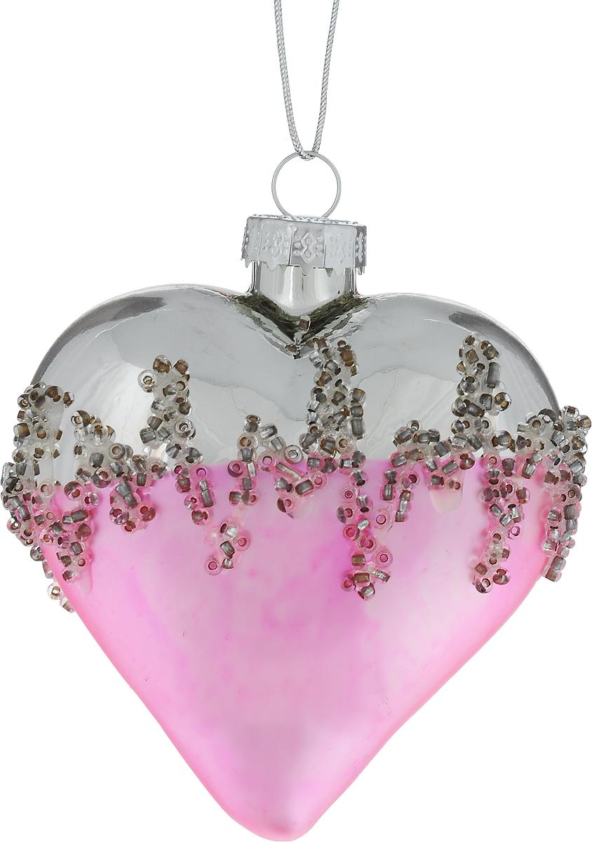 """Новогоднее подвесное украшение Winter Wings """"Сердце""""  выполнено из стекла в виде сердца и украшено бисером. С помощью  специальной петельки украшение можно повесить в любом понравившемся вам  месте. Но, конечно, удачнее всего оно будет смотреться на праздничной елке.  Елочная игрушка - символ Нового года. Она несет в себе волшебство и красоту  праздника. Создайте в своем доме атмосферу веселья и радости, украшая  новогоднюю елку нарядными игрушками, которые будут из года в год накапливать  теплоту воспоминаний."""