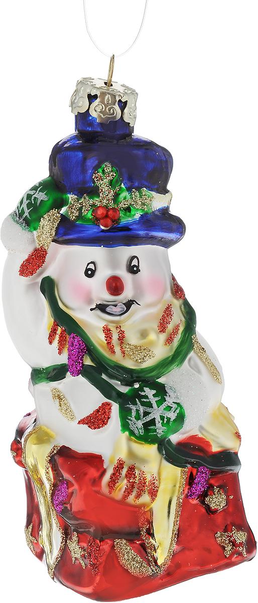 Украшение новогоднее подвесное Winter Wings Снеговик с подарком, высота 11 смN07609Новогоднее подвесное украшение Winter Wings Снеговик с подарком выполнено из стекла в виде cнеговика и украшено блестками. С помощью специальной петельки украшение можно повесить в любом понравившемся вам месте. Но, конечно, удачнее всего оно будет смотреться на праздничной елке.Елочная игрушка - символ Нового года. Она несет в себе волшебство и красоту праздника. Создайте в своем доме атмосферу веселья и радости, украшая новогоднюю елку нарядными игрушками, которые будут из года в год накапливать теплоту воспоминаний.