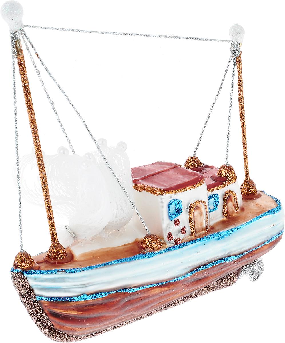 """Новогоднее подвесное украшение Winter Wings """"Кораблик""""  выполнено из стекла в виде корабля и украшено блестками. Изделие можно повесить в любом понравившемся вам  месте. Но, конечно, удачнее всего оно будет смотреться на праздничной елке.  Елочная игрушка - символ Нового года. Она несет в себе волшебство и красоту  праздника. Создайте в своем доме атмосферу веселья и радости, украшая  новогоднюю елку нарядными игрушками, которые будут из года в год накапливать  теплоту воспоминаний."""