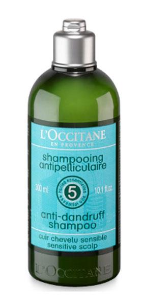 Шампунь LOccitane, против перхоти, 250 мл304365Смягчающий и балансирующий шампунь Loccitane для чувствительной кожи головы содержитбалансирующий комплекс из пяти эфирных масел (можжевельник, чайное дерево, тимьян, лимон, перец) и высокоэффективные вещества для борьбы с перхотью. Смягчает кожу головы, дарит волосам здоровье и блеск. Натуральная пенная основа, не содержит парабенов, силиконов, синтетических красителей.Характеристики:Объем: 250 мл. Артикул:169704. Производитель: Франция.Loccitane (Л окситан) - натуральная косметика с юга Франции, основатель которой Оливье Боссан. Название Loccitane происходит от названия старинной провинции - Окситании. Это также подчеркивает идею кампании - сочетании традиций и компонентов из Средиземноморья в средствах по уходу за кожей и для дома. LOccitane использует для производства косметических средств натуральные продукты: лаванду, оливки, тростниковый сахар, мед, миндаль, экстракты винограда и белого чая, эфирные масла розы, апельсина, морская соль также идет в дело. Специалисты компании с особой тщательностью отбирают сырье. Учитывается множество факторов, от места и условий выращивания сырья до времени и технологии сборки. Товар сертифицирован.