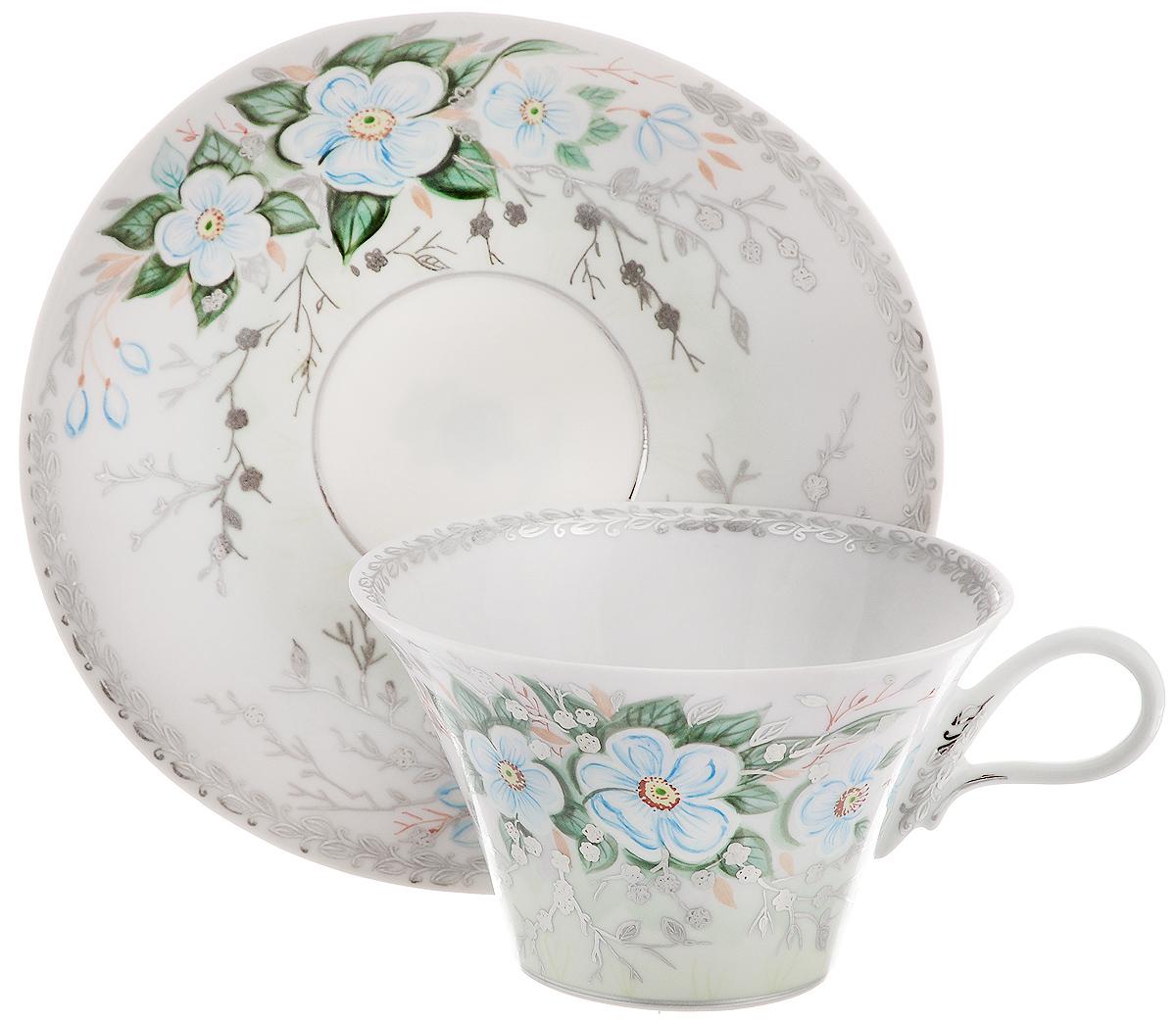 Чайная пара Фарфор Вербилок Дыхание весны, 2 предмета2829000ПЧайная пара Фарфор Вербилок Дыхание весны состоит из чашки и блюдца, которые изготовлены из высококачественного фарфора и украшены красивым цветочным рисунком. Несмотря на то, что фарфор легкий и тонкий, он отличается необычайной прочностью и долговечностью. Данная чайная пара изготовлена скульптором Валерием Анатольевичем Дрожжиным: плавно расширяющаяся снизу вверх чашечка, изящная удобная ручка, овальное блюдечко - все это создает невероятное ощущение легкости и свежести. Рисунок разработан художником Светланой Юрьевной Сычевой в стиле многовековой гарднеровской художественной школы и виртуозно выполнен вручную керамическими красками, золотом и платиной. Изысканный утонченный дизайн придется по вкусу ценителям классики и тем, кто предпочитает современный стиль.Чайная пара Дыхание весны украсит ваш кухонный стол, а также станет замечательным подарком к любому празднику.Диаметр чашки (по верхнему краю): 10 см.Высота чашки: 6 см.Размеры блюдца: 14,7 х 14 см.Высота блюдца: 2 см.