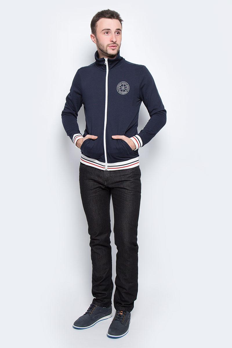 Кофта мужская Tom Tailor Denim, цвет: темно-синий. 2530369.00.12_6576. Размер XL (52)2530369.00.12_6576Мужская кофта Tom Tailor Denim выполнена из хлопка с добавлением полиэстера. Модель с воротником-стойкой и длинными рукавами застегивается на застежку-молнию. Низ рукавов и низ изделия дополнены трикотажными манжетами. Спереди расположено два прорезных кармана. Модель оформлена символикой бренда.