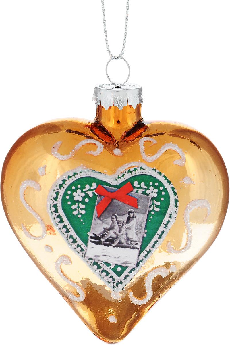 Украшение новогоднее подвесное Winter Wings Сердце, 8 х 7 х 4 смN07957Новогоднее подвесное украшение Winter Wings Сердце выполнено из стекла в виде сердца с изображение детей на санях. С помощью специальной петельки украшение можно повесить в любом понравившемся вам месте. Но, конечно, удачнее всего оно будет смотреться на праздничной елке.Елочная игрушка - символ Нового года. Она несет в себе волшебство и красоту праздника. Создайте в своем доме атмосферу веселья и радости, украшая новогоднюю елку нарядными игрушками, которые будут из года в год накапливать теплоту воспоминаний.