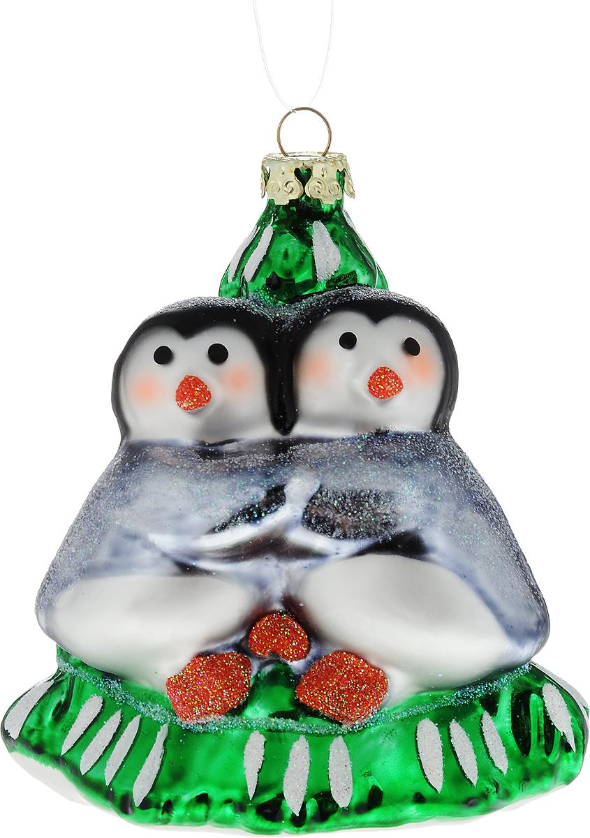 Украшение новогоднее подвесное Winter Wings Пингвины у елки, 10 х 8 х 8 смN07793Новогоднее подвесное украшение Winter Wings Пингвины у елки выполнено из стекла в виде пингвинов у елки. С помощью специальной петельки украшение можно повесить в любом понравившемся вам месте. Но, конечно, удачнее всего оно будет смотреться на праздничной елке.Елочная игрушка - символ Нового года. Она несет в себе волшебство и красоту праздника. Создайте в своем доме атмосферу веселья и радости, украшая новогоднюю елку нарядными игрушками, которые будут из года в год накапливать теплоту воспоминаний.