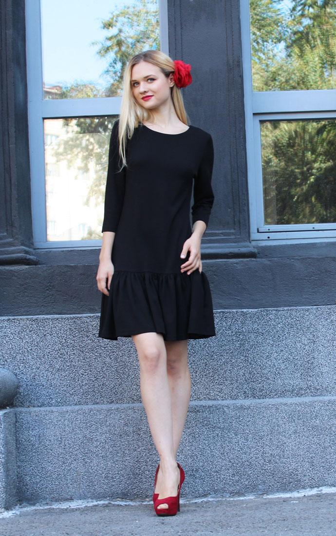 Платье Lautus, цвет: черный. 875. Размер 50875Платье Lautus выполнено из полиэстера с добавлением вискозы и эластана. Платье-миди с круглым вырезом горловины и рукавами длинной 3/4. По низу изделие оформлено оборкой.