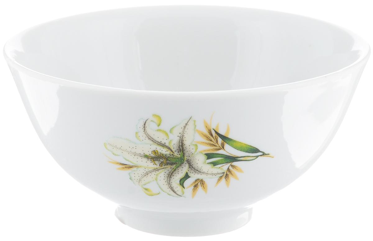 Пиала Фарфор Вербилок Белая лилия, цвет: белый, кремовый, диаметр 11 см20111980Пиала Белая лилия изготовлена из высококачественного фарфора. Внешняя стенка оформлена красочным изображением. Изделие прекрасно подойдет для подачи салата, закуски или чая. Благодаря изысканному дизайну такая пиала станет бесспорным украшением вашего стола. Она дополнит коллекцию кухонной посуды и будет служить долгие годы.