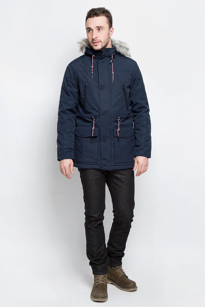 Куртка мужская Tom Tailor Denim, цвет: темно-синий. 3532862.03.12_6576. Размер L (50)3532862.03.12_6576Мужская куртка Tom Tailor Denim выполнена из полиэстера с добавлением хлопка. В качестве подкладки и утеплителя используется полиэстер. Модель с капюшоном и длинными рукавами застегивается на застежку-молнию и дополнительно имеет ветрозащитную планку на пуговицах. Капюшон дополнен шнурком-кулиской и оформлен искусственным мехом. Низ рукавов дополнен хлястиками на пуговицах. Линия талии дополнена шнурком-кулиской со стоплерами. Спереди расположено два накладных кармана с клапанами на пуговицах, два прорезных кармана на застежках-молниях и два боковых кармана на кнопке, а с внутренней стороны расположен прорезной карман на кнопке. Куртка оформлена фирменной нашивкой на левом рукаве.
