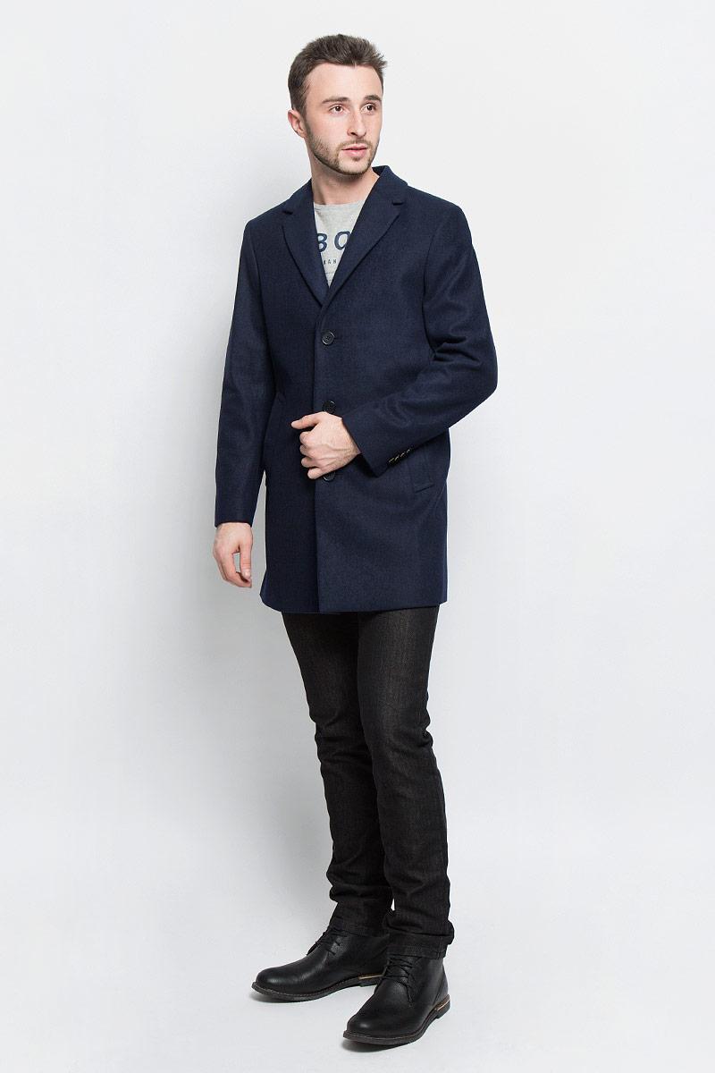 Пальто мужское Tom Tailor, цвет: темно-синий. 3820920.00.10_6800. Размер S (46)3820920.00.10_6800Мужские пальто Tom Tailor выполнено из высококачественного комбинированного материала. Изделие дополнено подкладкой из полиэстера. Модель с воротником с лацканами и длинными рукавами застегивается на три пуговицы. Низ рукавов оформлен декоративными пуговицами. Спереди расположено два прорезных кармана на кнопках, а с внутренней стороны - прорезной карман на пуговице.В среднем шве спинки расположена шлица.