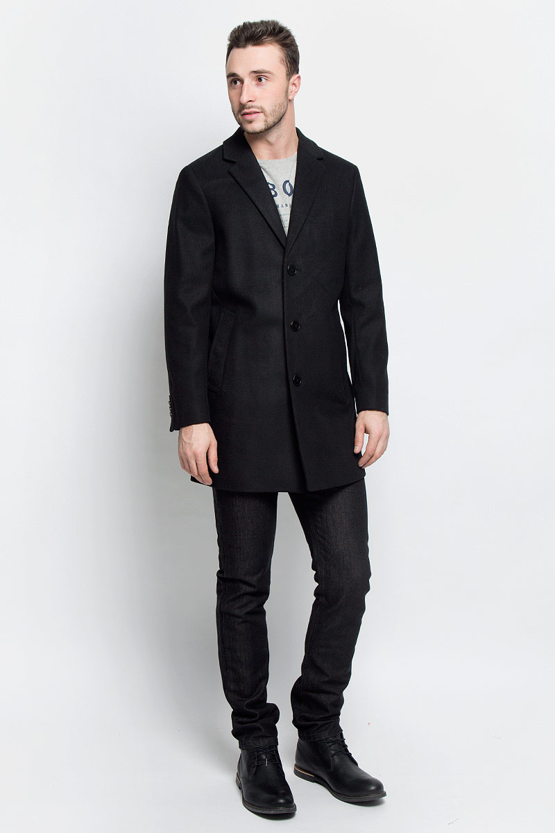 Пальто мужское Tom Tailor, цвет: черный. 3820920.00.10_2999. Размер M (48)3820920.00.10_2999Мужские пальто Tom Tailor выполнено из высококачественного комбинированного материала. Изделие дополнено подкладкой из полиэстера. Модель с воротником с лацканами и длинными рукавами застегивается на три пуговицы. Низ рукавов оформлен декоративными пуговицами. Спереди расположено два прорезных кармана на кнопках, а с внутренней стороны - прорезной карман на пуговице.В среднем шве спинки расположена шлица.