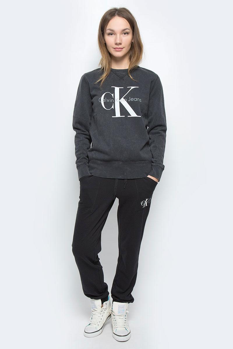 Свитшот женский Calvin Klein Jeans, цвет: темно-серый. J20J200781_0990. Размер XL (48/50)63812577-1/46477/8040SЖенский свитшот Calvin Klein Jeans выполнен из натурального хлопка и дополнен вставками из эластичного хлопка. Модель с круглым вырезом горловины и длинными рукавами. Низ рукавов и низ изделия дополнены эластичными манжетами. Свитшот оформлен символикой бренда.
