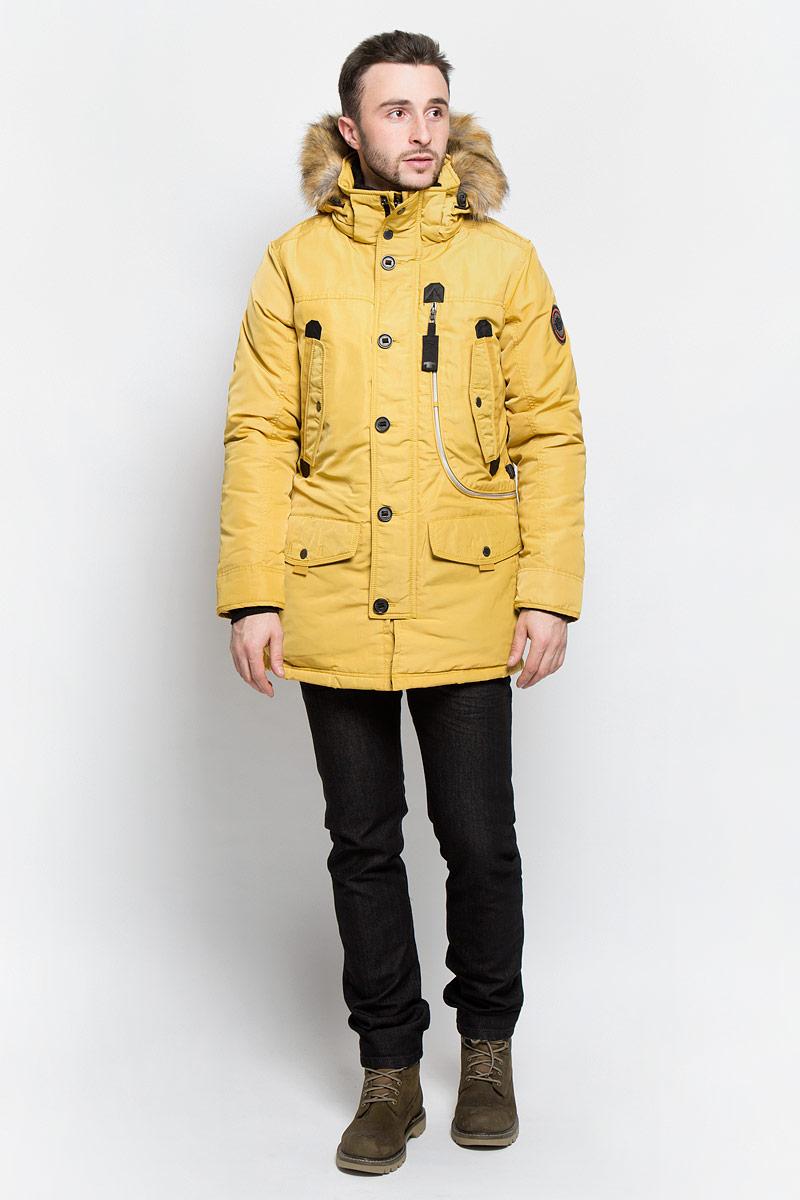 Куртка мужская Tom Tailor, цвет: желтый. 3532826.77.10_3483. Размер M (48)3532826.77.10_3483Стильная мужская куртка Tom Tailor выполнена из высококачественного плотного материала, рассчитана на холодную погоду. Модель с длинными рукавами, капюшоном, воротником-стойкой застегивается на застежку-молнию и дополнительно ветрозащитным клапаном на кнопки и пуговицы. Рукава дополнены трикотажными манжетами. Капюшон оформленискусственным мехом, который при желании можно отстегнуть. Куртка с внутренней стороны на талии оформлена текстильным шнуром со стопперами.Модель спереди дополнена двумя накладными карманами с клапаном на кнопке, тремя втачными карманами на кнопках и одним большим карманом на застежке-молнии. Внутри модель дополнена одним прорезным и одним накладным карманами на застежке-липучки.