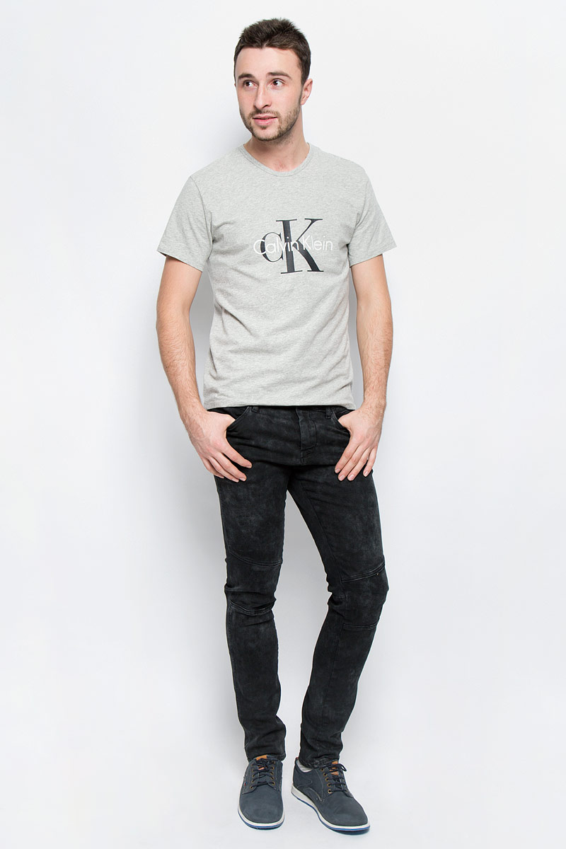 Джинсы мужские Calvin Klein Jeans, цвет: черный. J30J300689_9164. Размер 32 (48/50)20141_Давай поиграемМодные мужские джинсы Calvin Klein Jeans выполнены из хлопка с добавлением эластана.Джинсы-слим застегиваются на пуговицу по поясу и имеют ширинку на застежке-молнии, также имеются шлевки для ремня. Спереди модель дополнена четырьмя втачными карманами, а сзади - двумя накладными карманами и прорезным кармашком на застежке-молнии. Изделие оформлено легкими потертостями.