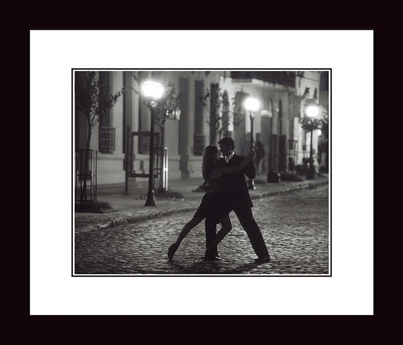 Картина Postermarket Танго в Буенос-Айресе, 33 х 40 смNI 16Картина Postermarket Танго в Буенос-Айресе прекрасно подойдет для декора интерьера различных помещений. Постер, выполненный в технике фотопечать, обрамлен паспарту и оформлен багетом черного цвета. Картина для интерьера (постер) - это современное и актуальное направление в дизайне помещений. Ее можно использовать для оформления любых помещений (дом, квартира, офис, бар, кафе, ресторан или гостиница). работоспособность. Правильное оформление интерьера создает благоприятный психологический климат, улучшает настроение и мотивирует.Размер картины: 330 x 400 мм.
