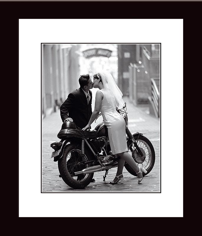 Картина Postermarket Молодожены и мотоцикл, 33 х 40 см. NI 17NI 17Картина Postermarket Молодожены и мотоцикл прекрасно подойдет для декора интерьера различных помещений. Постер, выполненный в технике фотопечать, оформлен багетом. Картина для интерьера (постер) - это современное и актуальное направление в дизайне помещений. Ее можно использовать для оформления любых помещений (дом, квартира, офис, бар, кафе, ресторан или гостиница).Правильное оформление интерьера создает благоприятный психологический климат, улучшает настроение и мотивирует.Размер картины: 33 x 40 см.