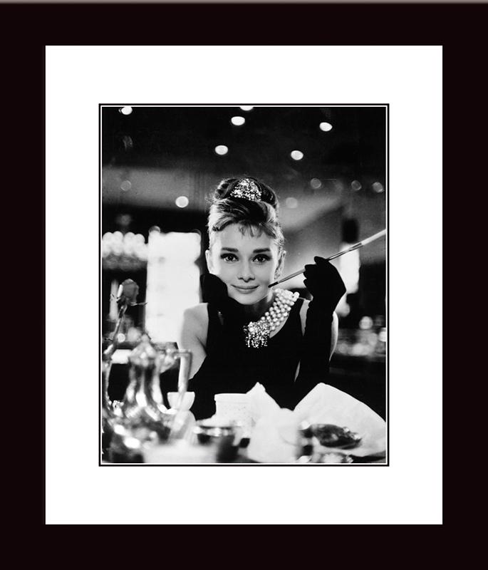 Картина Postermarket Одри Хепбёрн. Завтрак у Тиффани, 33 х 40 смNI 23Картина Postermarket Одри Хепбёрн. Завтрак у Тиффани прекрасно подойдет для декора интерьера различных помещений.Постер, выполненный в технике фотопечать, обрамлен паспарту и оформлен багетом черного цвета.Картина для интерьера (постер) - это современное и актуальное направление в дизайне помещений. Ее можно использовать для оформления любых помещений (дом, квартира, офис, бар, кафе, ресторан или гостиница).работоспособность.Правильное оформление интерьера создает благоприятный психологический климат, улучшает настроение и мотивирует. Размер картины: 330 x 400 мм.