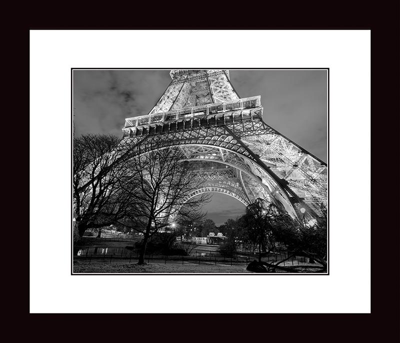 Картина Postermarket Эйфелева башня, 33 х 40 смNI 24Картина Postermarket Эйфелева башня прекрасно подойдет для декора интерьера различных помещений.Постер, выполненный в технике фотопечать, обрамлен паспарту и оформлен багетом черного цвета.Картина для интерьера (постер) - это современное и актуальное направление в дизайне помещений. Ее можноиспользовать для оформления любых помещений (дом, квартира, офис, бар, кафе, ресторан или гостиница).Правильное оформление интерьера создает благоприятный психологический климат, улучшает настроение имотивирует. Размер картины: 330 x 400 мм.