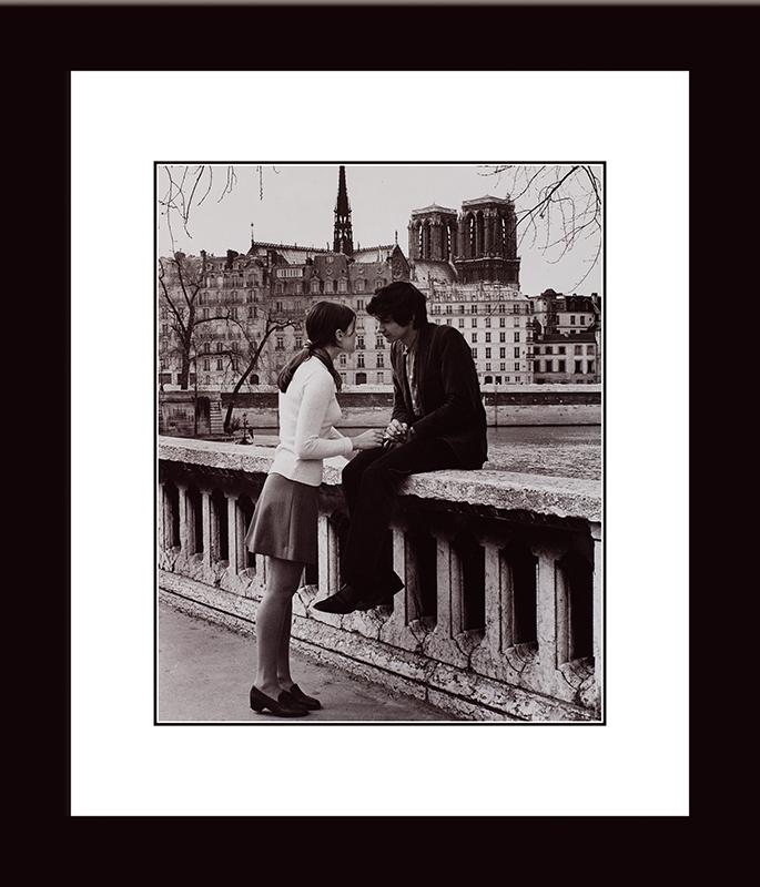 Картина Postermarket Влюбленные в Париже, 33 х 40 смNI 25Картина Postermarket Влюбленные в Париже прекрасно подойдет для декора интерьера различных помещений.Постер, выполненный в технике фотопечать, обрамлен паспарту и оформлен багетом черного цвета.Картина для интерьера (постер) - это современное и актуальное направление в дизайне помещений. Ее можно использовать для оформления любых помещений (дом, квартира, офис, бар, кафе, ресторан или гостиница).работоспособность.Правильное оформление интерьера создает благоприятный психологический климат, улучшает настроение и мотивирует. Размер картины: 330 x 400 мм.