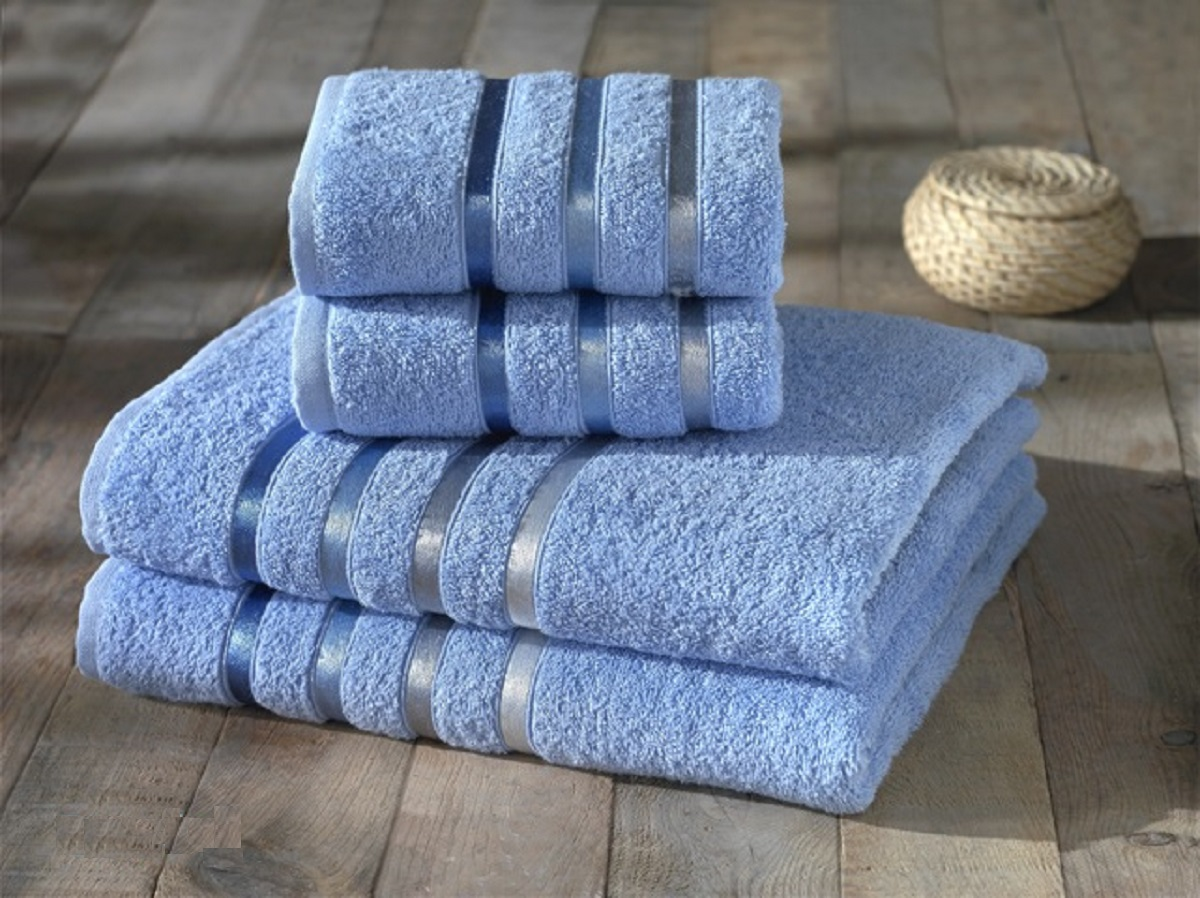 Набор полотенец Karna Bale, цвет: голубой, 4 шт. 953/CHAR007953/CHAR007Набор полотенец Karna Bale изготовлен из высококачественных хлопковых нитей. Хлопковые нити прядутся из длинных волокон. Длина волокон хлопковой нити влияет на свойства ткани, чем длиннее волокна, тем махровое изделие прочнее, пушистее и мягче на ощупь. Также махровое изделие отлично впитывает воду и быстро сохнет. На впитывающие качества махры (ее гигроскопичность) влияет состав волокон. Махра абсолютно не аллергенна, имеет высокую воздухопроницаемость и долгий срок использования ткани.Отличительной особенностью данной модели является её оригинальный дизайн и подарочная упаковка.В наборе 2 полотенца 70 x 140 см и 2 полотенца 50 х 80 см.