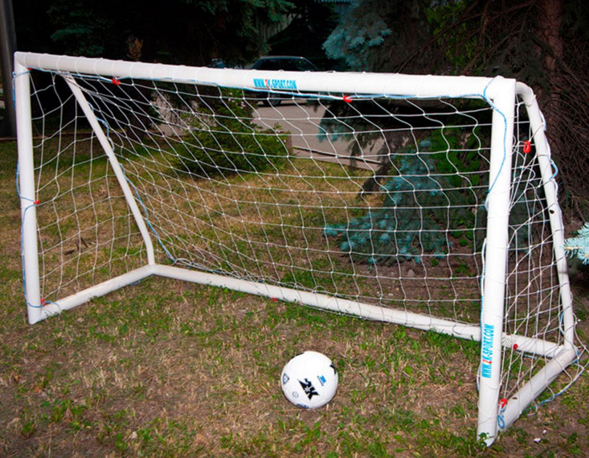 """Разборные ворота """"2K Sport"""" среднего размера отлично подойдут для любительских тренировок или для дачи. Изделие выполнено из высококачественного прочного пластика.В комплект входят футбольная сетка и сумка."""