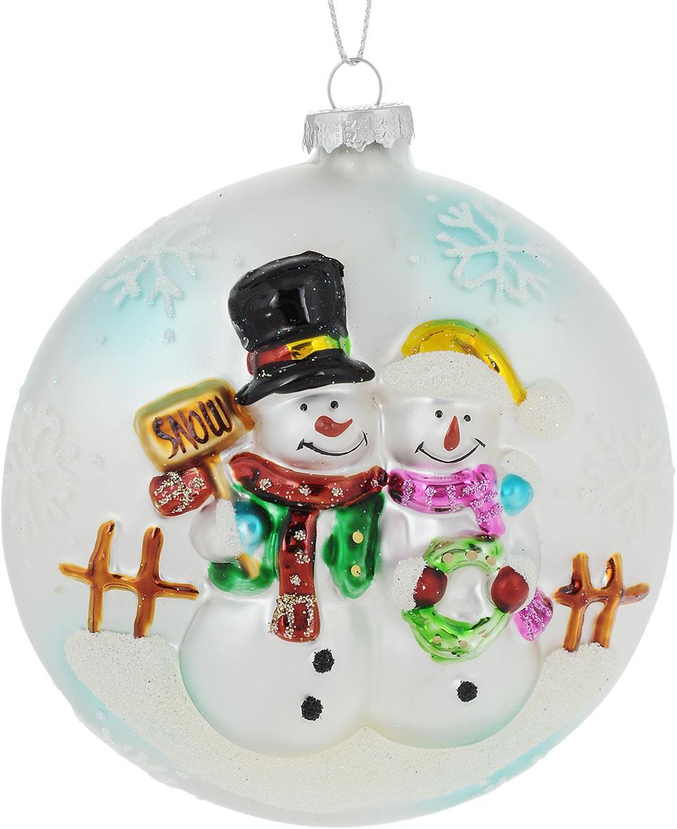 Украшение новогоднее подвесное Winter Wings Снеговики, диаметр 10 смN07582Новогоднее подвесное украшение Winter Wings Снеговики выполнено из стекла. Изделие оформлено блестками. С помощью специальной петельки украшение можно повесить в любом понравившемся вам месте. Но, конечно, удачнее всего оно будет смотреться на праздничной елке.Елочная игрушка - символ Нового года. Она несет в себе волшебство и красоту праздника. Создайте в своем доме атмосферу веселья и радости, украшая новогоднюю елку нарядными игрушками, которые будут из года в год накапливать теплоту воспоминаний.Диаметр: 10 см.