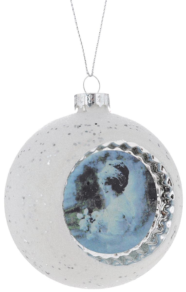 """Новогоднее подвесное украшение Winter Wings  """"Ретро"""" прекрасно подойдет для праздничного  декора новогодней ели. Изделие выполнено из  высококачественного стекла и украшено ретро  изображением девушки. Для удобного размещения на  елке на украшении предусмотрена петелька.   Елочная игрушка - символ Нового года. Она несет в себе  волшебство и красоту праздника.  Создайте в своем доме атмосферу веселья и радости,  украшая новогоднюю елку нарядными  игрушками, которые будут из года в год накапливать  теплоту воспоминаний.  Откройте для себя удивительный мир сказок и грез.  Почувствуйте волшебные минуты  ожидания праздника, создайте новогоднее настроение  вашим дорогим и близким."""