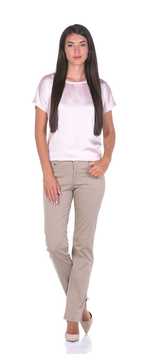 Брюки женские Montana, цвет: бежевый. 10779. Размер 28-33,5 (46-33,5)10779_SandСтильные женские брюки прямого кроя выполнены из эластичного хлопка. Модель застегивается на пуговицу и ширинку на застежке-молнии, имеются шлевки для ремня. Спереди брюки дополнены двумя прорезными карманами и одним маленьким накладным карманом, сзади двумя накладными карманами.