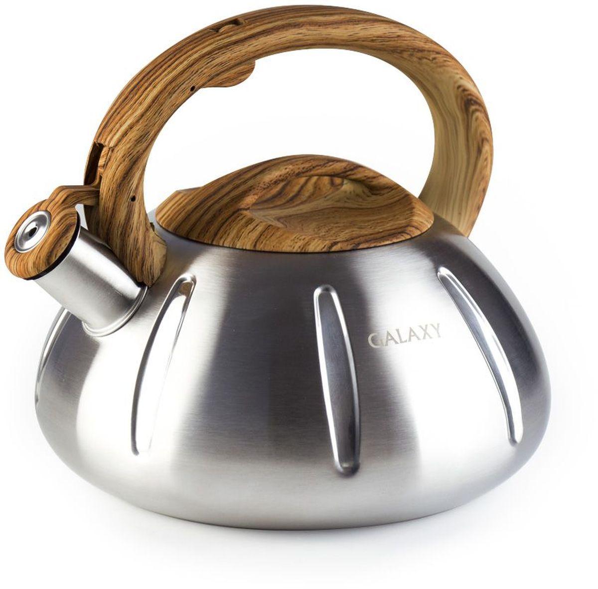 """Чайник """"Galaxy"""" выполнен из нержавеющей стали с матовой полировкой. Чайник оснащен эргономичной пластиковой ручкой с рисунком под дерево, которая выдерживает высокую температуру и не нагревается. Энергосберегающее дно будет поддерживать температуру, благодаря чему вода не остынет достаточно долго. Дополнительным устройством в конструкции чайника является свисток, который сообщит о готовности воды.  Благодаря серебристому стильному корпусу чайник смотрится эстетично на любой кухне.  Чайник подходит для всех типов плит, включая индукционные."""