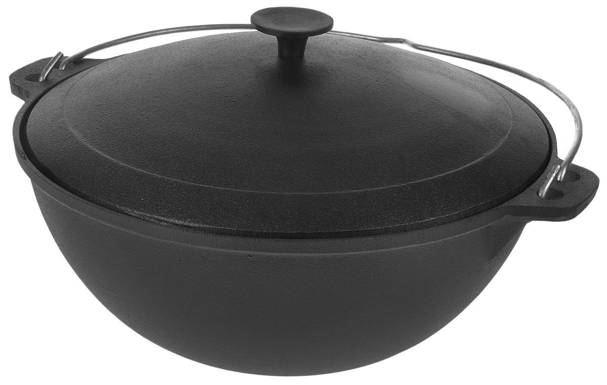 Казан Myron Cook, чугунный, с крышкой, 8 лHE581Казан Myron Cook изготовлен из чугуна, поэтому имеет много преимуществ. Например, пища в нем никогда не пригорит. Также чугун до сих пор считается одним из самых экологически чистых материалов, а также сохраняет витамины и полезные микроэлементы при готовке блюда. Кроме того, казан из чугуна - посуда, которая прослужит вам очень долго при правильном уходе, переходя из поколения в поколение. Чугунный казан, незаменим для блюд, требующих длительного приготовления, ведь он обладает хорошей термостойкостью и обеспечивает равномерное распределение тепла для качественной обработки продуктов. Для удобства использования казан имеет крепкую ручку и крышку, сохраняющую блюдо теплым даже после того, как оно снято с плиты. Казаны из чугуна завоевывают все большую популярность у любителей вкусных блюд. Ведь помимо универсальности использования этой старинной посуды еда в настоящем чугунном казане имеет лучшие вкусовые качества, чем то же самое блюдо, приготовленное на сковороде или на противне. Издавна блюда, приготовленные в чугунном казане, славились своим удивительным вкусом. Можно использовать на электрической, газовой, керамической и стеклокерамической плитах, а также в духовке, на костре или на гриле. Размер казана (с учетом крышки): 41,5 х 23 х 37 см. Уважаемые клиенты! Для сохранения свойств посуды из чугуна и предотвращения появления ржавчины чугунную посуду мойте только вручную, горячей или теплой водой, мягкой губкой или щёткой (не металлической) и обязательно вытирайте насухо. Для хранения смазывайте внутреннюю поверхность посуды растительным маслом, а перед следующим применением хорошо накалите посуду.
