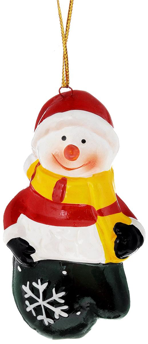 """Новогоднее подвесное украшение House & Holder """"Снеговик""""  выполнено из керамики. С  помощью  специальной петельки украшение можно повесить в  любом понравившемся вам  месте. Но, конечно, удачнее всего оно будет  смотреться на праздничной елке.  Елочная игрушка - символ Нового года. Она несет в  себе волшебство и красоту  праздника. Создайте в своем доме атмосферу  веселья и радости, украшая  новогоднюю елку нарядными игрушками, которые  будут из года в год накапливать  теплоту воспоминаний. Размер: 4,5 х 3 х 9 см."""