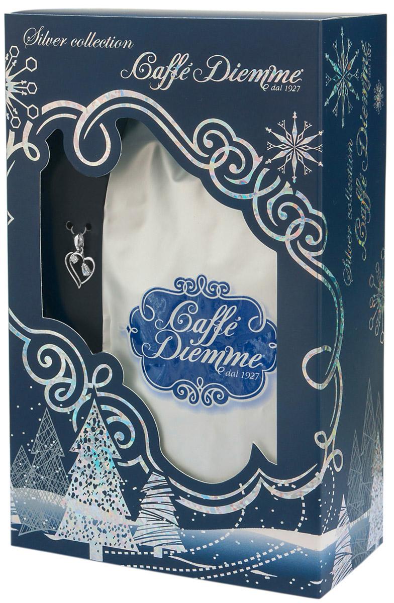 Diemme Caffe Silver Collection подарочный кофейный набор с украшением из серебра Сердечко4680287555057Diemme Caffe с гордостью представляет подарочную серию своей продукции Silver Collection.Благородный купаж 100% Арабики в комплекте с элегантным украшением из серебра 925 пробы.Изысканный и актуальный подарок для ваших близких, а также деловых партнеров и коллег!Итальянская кофейная компания Diemme Caffe образовалась в 1927 году в и с момента своего рождения в мире кофе посвятила себя производству продукта высочайшего класса, ориентируясь на самого требовательного потребителя. Эспрессо смеси Diemme - это купажи кофейных зерен с лучших высокогорных плантаций Центральной и Южной Америки, Африки и Азии: - Высокогорная плантация Альто Могиано в Бразилии; - Провинция Тарразу в Коста-Рике. Считается, что Коста-Рика обладает лучшими в мире климатическими и почвенными условиями для выращивания кофе, провинция Тарразу - самая именитая из всех Коста-Риканских кофейных провинций, кофе произрастает в высокогорье на высоте 1500 метров над уровнем моря рядом с вулканом Ирразу; - Высокогорные плантации центральных Кордильер в Колумбии; - Склоны горы Килиманджаро в Африке. В приготовлении кофейных смесей Diemme используются только натуральные экологически чистые кофейные зерна высшей категории, без добавления вкусовых ароматизирующих компонентов.Кофе: мифы и факты. Статья OZON Гид