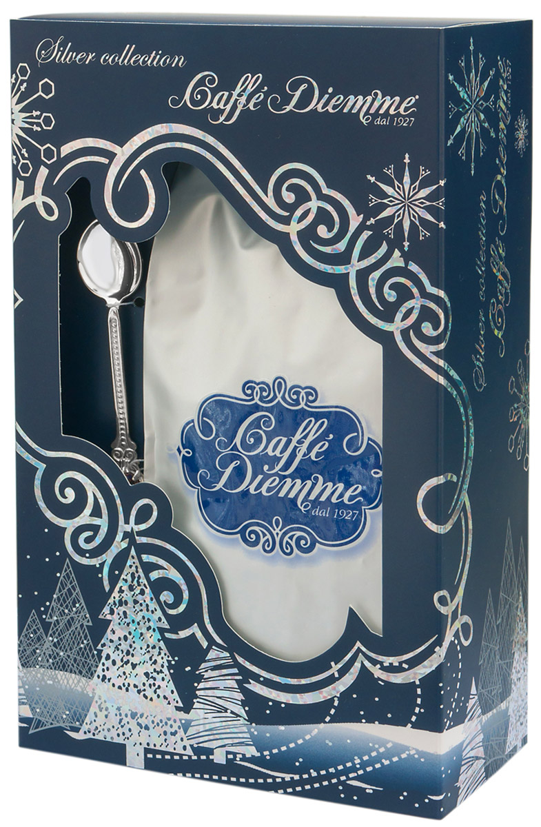 Diemme Caffe Silver Collection подарочный кофейный набор с серебряной ложечкой4680287555064Diemme Caffe с гордостью представляет подарочную серию своей продукции Silver Collection.Благородный купаж 100% Арабики в комплекте с сувенирной ложечкой из серебра 925 пробы. Изысканный и актуальный подарок для Ваших близких, а так же деловых партнеров и коллег!Итальянская кофейная компания Diemme Caffe образовалась в 1927 году в и с момента своего рождения в мире кофе посвятила себя производству продукта высочайшего класса, ориентируясь на самого требовательного потребителя. Эспрессо смеси Diemme - это купажи кофейных зерен с лучших высокогорных плантаций Центральной и Южной Америки, Африки и Азии: - Высокогорная плантация Альто Могиано в Бразилии; - Провинция Тарразу в Коста-Рике. Считается, что Коста-Рика обладает лучшими в мире климатическими и почвенными условиями для выращивания кофе, провинция Тарразу - самая именитая из всех Коста-Риканских кофейных провинций, кофе произрастает в высокогорье на высоте 1500 метров над уровнем моря рядом с вулканом Ирразу; - Высокогорные плантации центральных Кордильер в Колумбии; - Склоны горы Килиманджаро в Африке. В приготовлении кофейных смесей Diemme используются только натуральные экологически чистые кофейные зерна высшей категории, без добавления вкусовых ароматизирующих компонентов.Кофе: мифы и факты. Статья OZON Гид