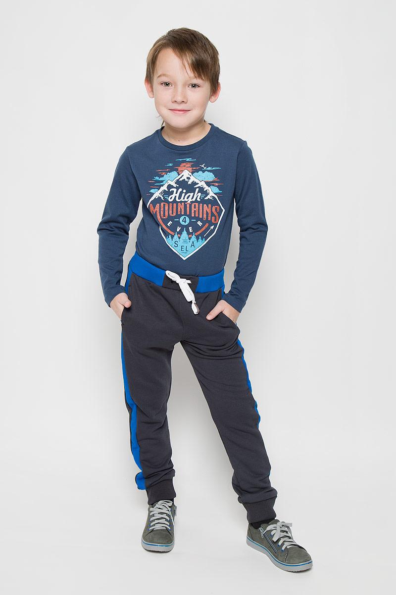 Брюки спортивные для мальчика Modniy Juk, цвет: темно-синий. 15В00020700/BASE. Размер 12815В00020700/BASEСпортивные брюки Modniy Juk изготовлены из высококачественной мягкой ткани. Модель полуприлегающего силуэта, с лампасами, заужены к низу. Комфортный мягкий пояс и манжеты из трикотажной резинки. Брюки дополнены боковыми карманами.
