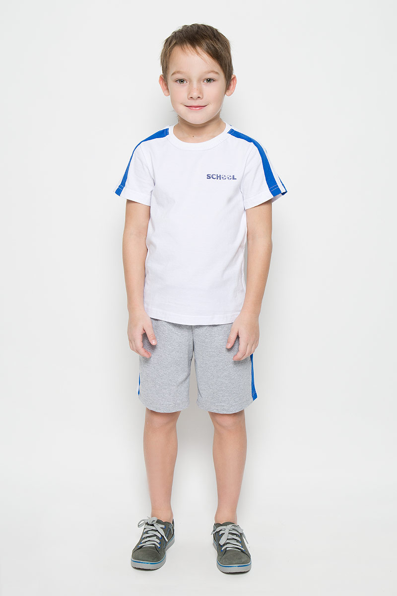 Спортивный костюм для мальчика Pastilla Атлетика, цвет: белый, серый меланж. 6457. Размер 1166457Спортивный костюм для мальчика, состоящий из футболки и шорт, станет отличным дополнением к детскому гардеробу. Футболка выполнена из натурального хлопка, шорты из хлопка с добавлением полиэстера. Футболка классического кроя с короткими рукавами и круглым вырезом горловины. Шорты прямого покроя благодаря мягкому эластичному поясу, регулируемому шнурком, не сдавливают животик малыша и не сползают, обеспечивая ему наибольший комфорт.