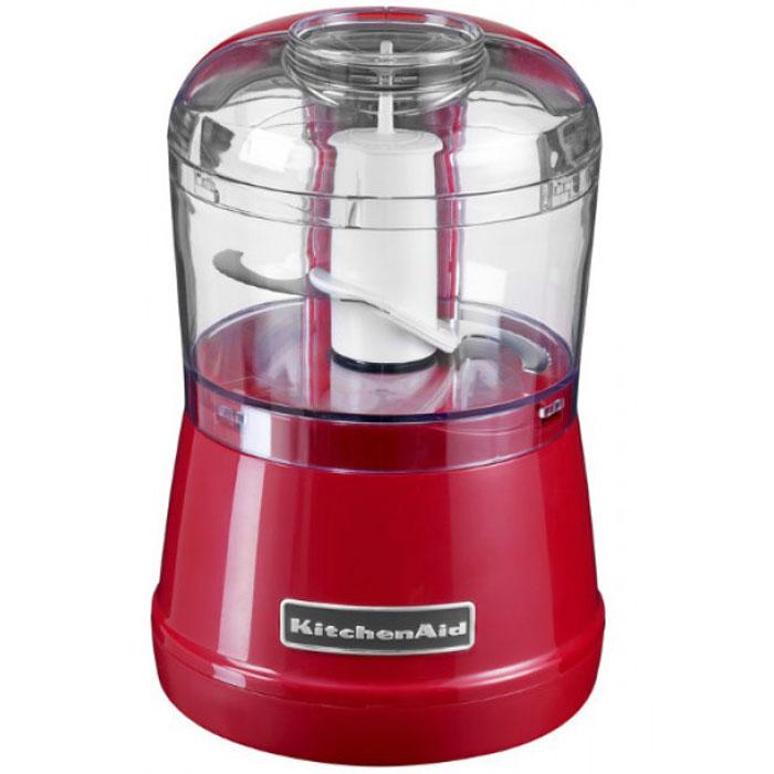 KitchenAid 5KFC3515EER, Red измельчитель5KFC3515EERИзмельчитель KitchenAid 5KFC3515E идеальное решения для приготовления овощных заправок для супа, салатов, соусов, детского питания. Занимает минимум места, прост в управлении и обслуживании. Первая скорость - для измельчения, вторая скорость - для приготовления пюре. Прочное острое лезвие моментально измельчает небольшие порции мяса, свежих или варенных фруктов и овощей, орехов и зелени. Лезвие остается фиксированным на своем стержне во время извлечения ингредиентов из чаши. Прибор безопасен, так как его материал содержит бисфенол А. Его компоненты можно мыть в обычной посудомоечной машине.